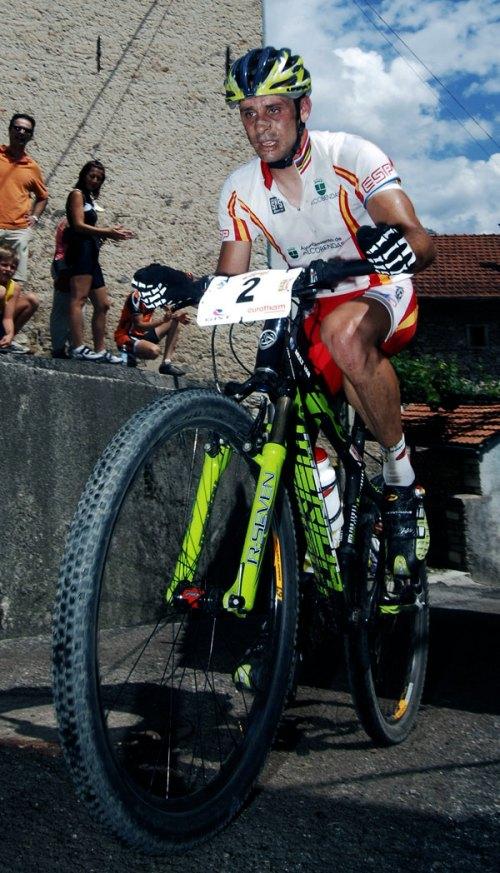 Foto tomada en los campeonatos de Europa de cross country celebrados en la localidad italiana de Chies d'Alpago, julio 2006. La mala cara de Hermida presagia el abandono de la prueba.