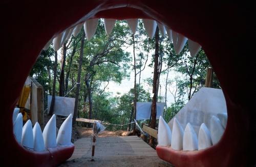 La enorme boca de un tiburón formaba parte del atrezzo del circuito