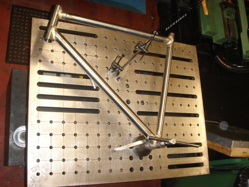 A modified flat plate is enough for welding a bicycle frame